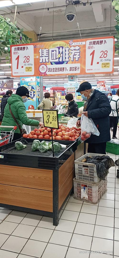 元旦商场超市大促销,市民采购年货忙。.jpg
