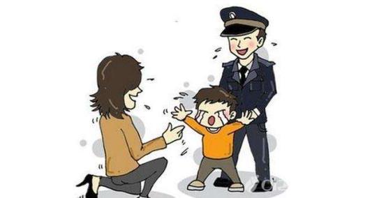 3岁男孩夜间广场走失 民警辗转20分钟找到家人